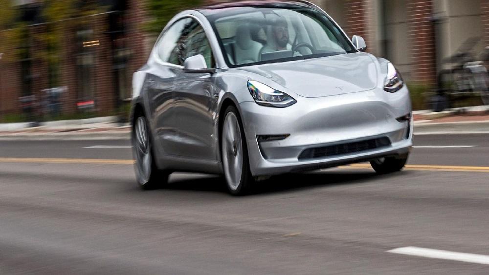 Auto elettriche: 5 consigli per guidarle al meglio