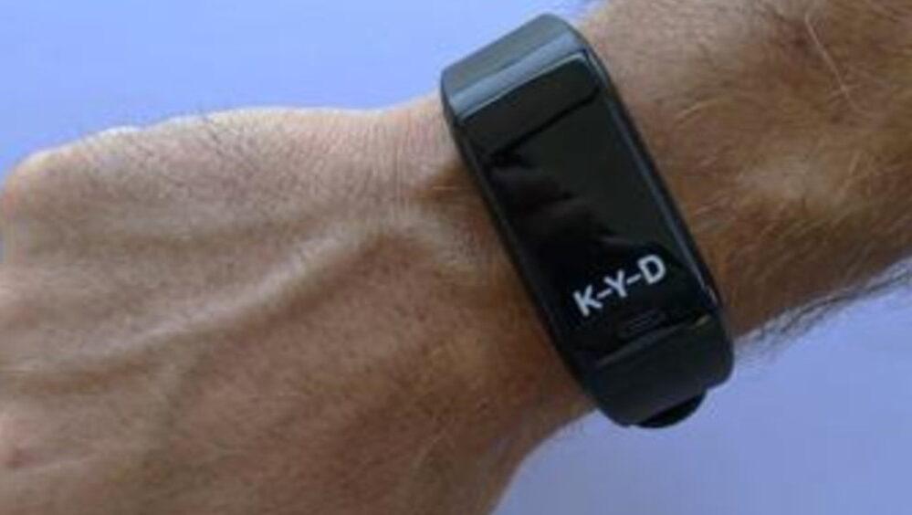 Il bracciale ideato da Rethink Future per rispettare il distanziamento fisico a scuola