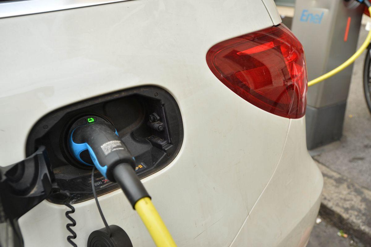"""Ricarica auto elettriche, ARERA """"Prezzo medio wallbox 1200 euro"""""""